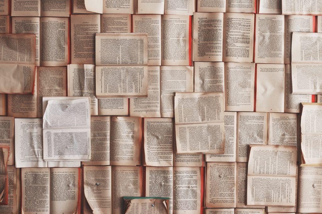 Sidor ur en massa böcker.