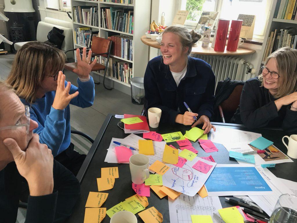 Aktiva människor i workshopdel av utbildning