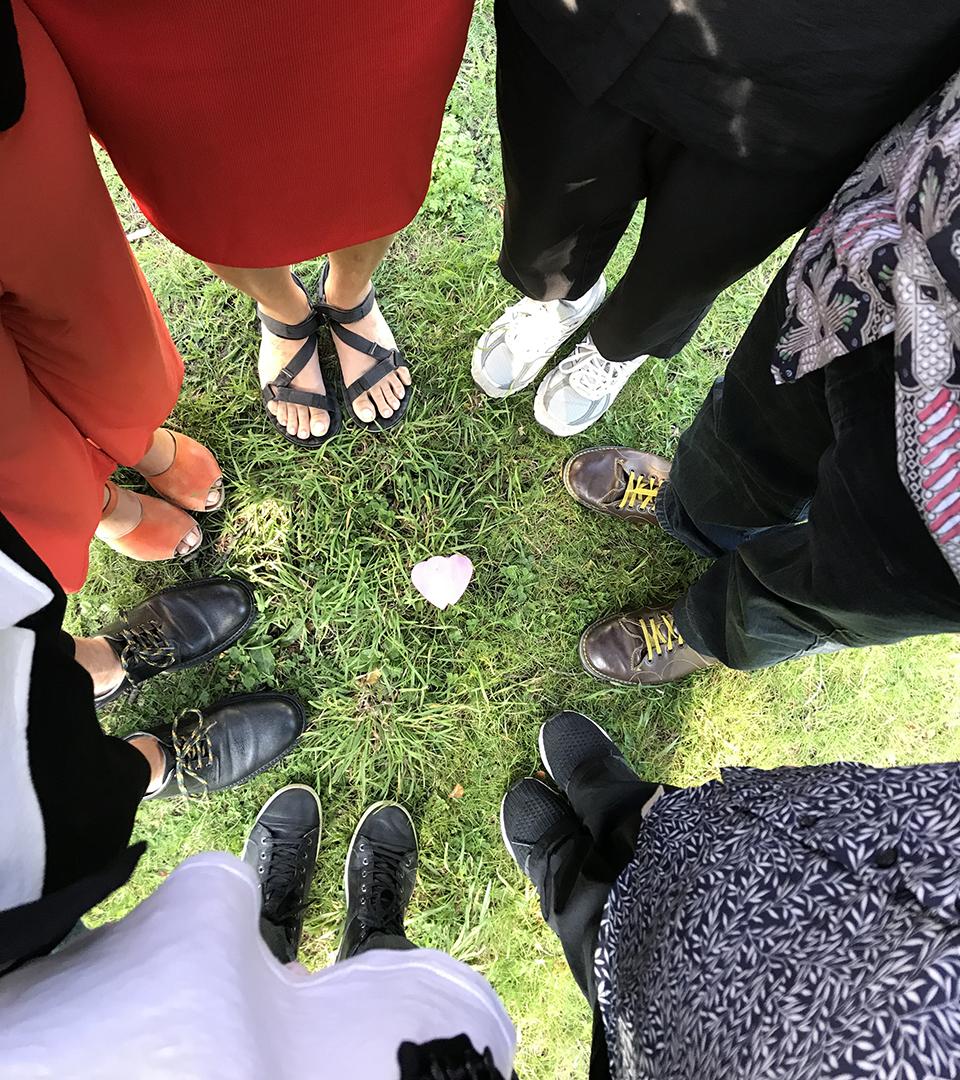 Foto uppifrån på personer som står i en ring.