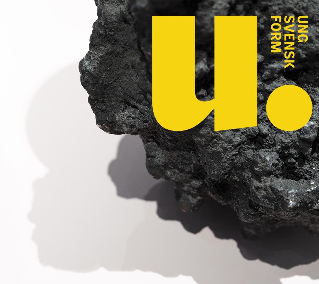 En bild på en svart sten och logotypen för Ung Svensk Form.
