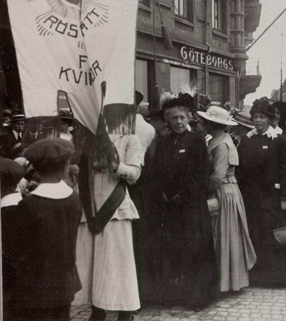 Demonstrationståg för kvinnorösträtten med bland andra FKPR:s ordförande Frigga Carlberg, Göteborg., 1918.